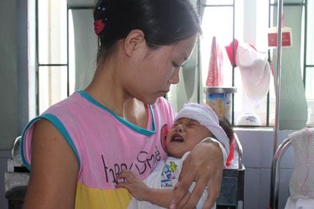 Bé Bùi Văn Bảo bị bệnh tim bẩm sinh phức tạp, hiện lại đang bị sốt cao