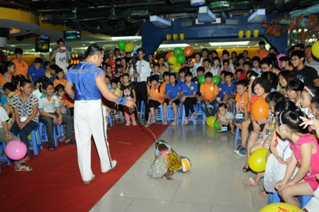 200 em mồ côi, khuyết tật vui chơi miễn phí tại Trung tâm thương mại Vincom