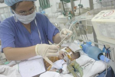 Việc không tự thở và cai thở máy được khiến quá trình điều trị của bé Khánh Linh rất gian lao