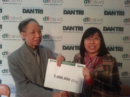 Tổng Biên tập báo Dân trí Phạm Huy Hoàn trao 5 triệu đồng từ Quỹ Nhân ái hỗ trợ thêm cho các bé