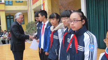 Ngân hàng Bản Việt trao 10 suất học bổng đến các học sinh nghèo vượt khó