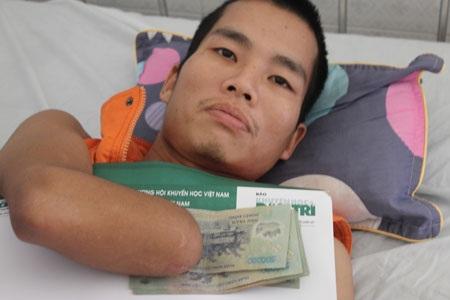 Anh Lê Thanh Tùng nhận 5 triệu đồng từ Quỹ Nhân ái báo Dân trí