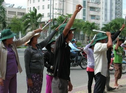 Hàng chục nông dân lớn tiếng đòi nợ cá trước nhà đại gia Diệu Hiền.