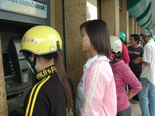 Rút tiền ở máy ATM lộ thiên, đông người dễ bị lộ thông tin.