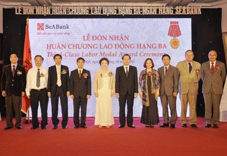 Phó TGĐ SeA Bank trao tiền cho Unicef