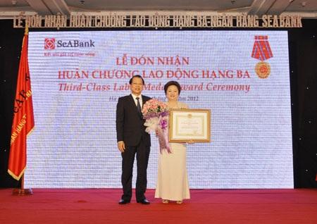 Phó Thủ tướng Vũ Văn Ninh trao Huân chương lao động hạng Ba cho bà Nguyễn Thị Nga