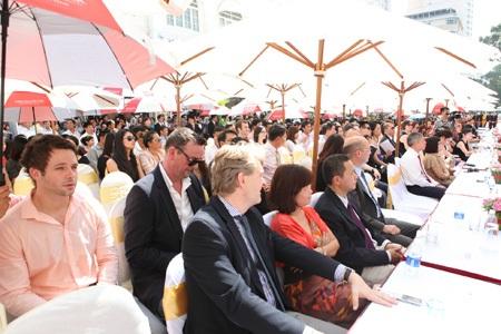 Đông đảo khách và người dân đến tham gia sự kiện khai trương