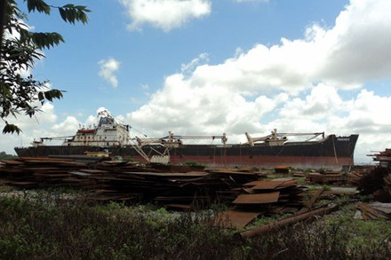 Tàu Phúc Hải 5 của Cty TNHH Phúc Hải bị bắt giữ và đem bán để phá dỡ làm sắt phế liệu.