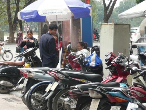 Dịch vụ đổi tiền hoạt động tại phố Đinh Lễ.