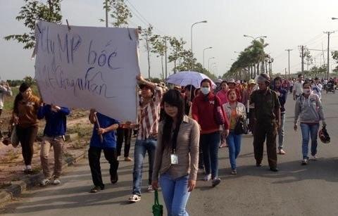 Hàng ngàn công nhân kéo đi dọc đường khu công nghiệp.