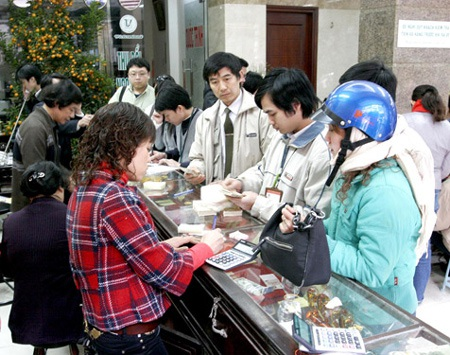 Cảnh đổi tiền lẻ ở phố Hà Trung, phường Cửa Đông, quận Hoàn Kiếm - Hà Nội.