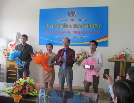 Ông Nguyễn Văn Thành - Phó giám đốc công ty trao giải nhất Iphone5 cho 3 khách hàng may mắn.