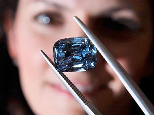 Viên kim cương xanh 5,3 carat quý hiếm có giá 9,5 triệu USD. Ảnh: PA
