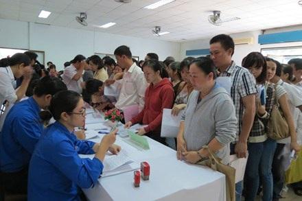 Người lao động đăng ký tìm việc với nhà tuyển dụng tại Sàn giao dịch việc làm lần 1-2013.
