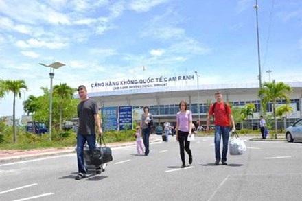 Khách quốc tế đến sân bay Cam Ranh.