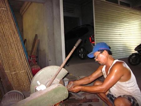 Ông Xiêm khắc phục những nhược điểm cho chiếc máy sản xuất bánh tráng.