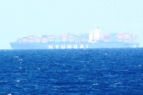 Tàu container (hyundai) và tàu chở dầu (hyundai1) của hãng Hyundai (Hàn Quốc).