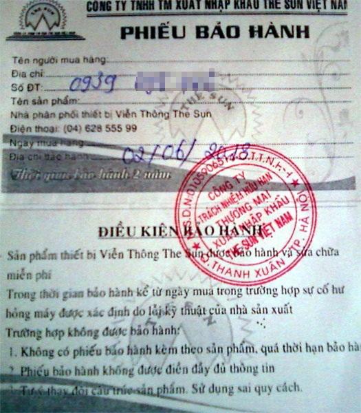 Chiếc điện thoại Iphone 5 của anh Trần Văn Thanh và phiếu bảo hành 2 năm