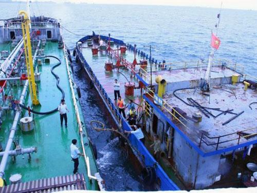 Tàu buôn lậu xăng dầu tạm nhập tái xuất bị bắt quả tang trên vùng biển tỉnh Thanh Hoá - Ảnh: H.Q
