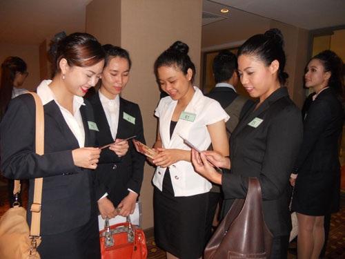 Các ứng viên dự tuyển làm tiếp viên hàng không cho Emirates Airlines trước giờ phỏng vấn