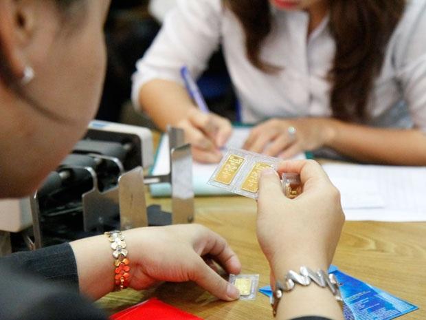 Người dân giao dịch vàng miếng tại quầy của trung tâm SJC, ngày 25.6.2013. Ảnh: Thanh Hảo