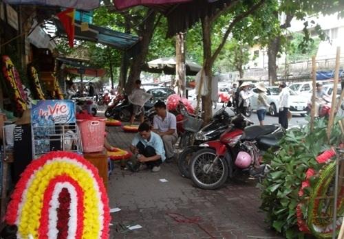 Dịch vụ làm vòng hoa viếng sôi động trước cổng Nhà tang lễ số 5 Trần Thánh Tông
