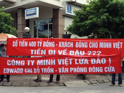 Người dân căng băng rôn tại trụ sở Công ty Minh Việt.