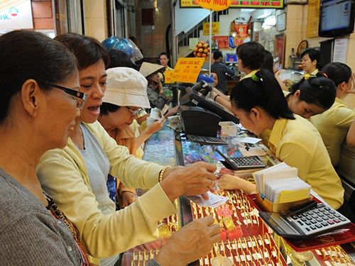 Trong ảnh: Khách hàng mua vàng tại một cửa hàng vàng bạc ở TP HCM