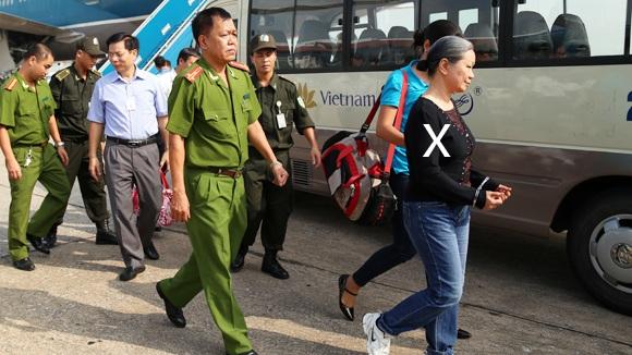 Phạm Thúy Ngân (X) bị dẫn độ từ Liên bang Nga về Việt Nam