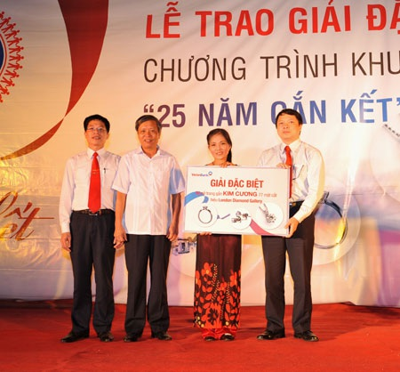 Phó Tổng Giám đốc Nguyễn Văn Du trao giải đặc biệt cho khách hàng.