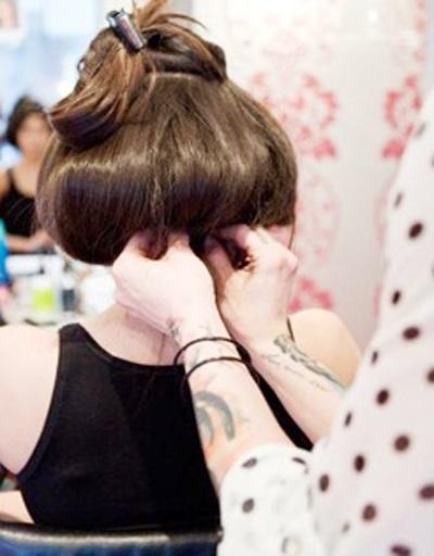 """Việc """"cho thuê"""" mái tóc cũng giúp các nữ sinh tăng thêm thu nhập"""