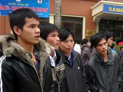 Hàng ngàn lao động đang đỏ mắt chờ ngày được xuất cảnh sang Hàn Quốc. Ảnh: Phong Cầm.