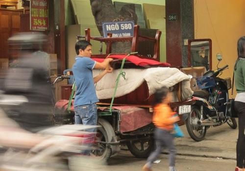Xe ôm trên phố Đê La Thành kiếm được 30 triệu đồng/tháng