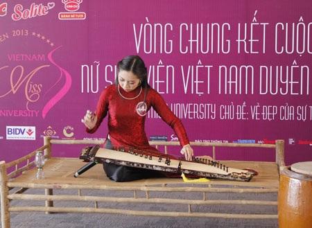 Bạn Quỳnh Mai đến từ Phú Yên da diết cùng đàn tranh + hát Dạ cổ hoài lan