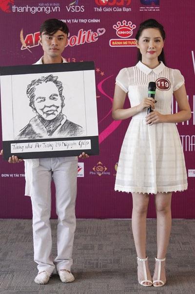 Ký họa chân dung ngay tại phòng thi của bạn Kim Phương