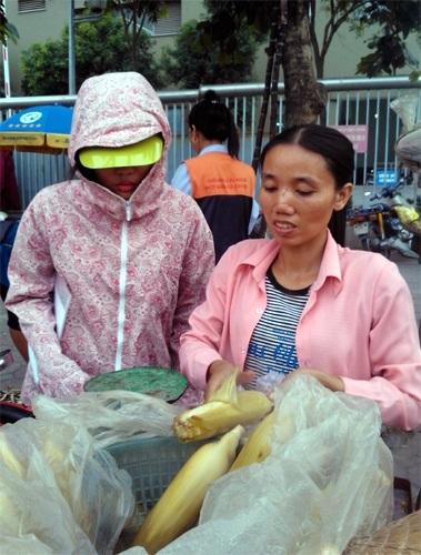Chị Xuyến đang chọn ngô cho khách