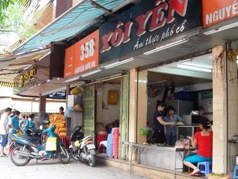 Trong hai cửa hàng chỉ một nhà là chính hiệu nhưng để phân biệt thì không hề dễ.