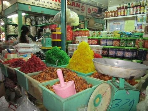 Nhiều loại mứt được bày bán tại các chợ trần như nhộng. Ảnh: Ngô Đồng