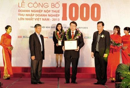 Phó Tổng Giám đốc VietinBank Nguyễn Văn Du đại diện nhận Chứng nhận xếp hạng V1000 năm 2013