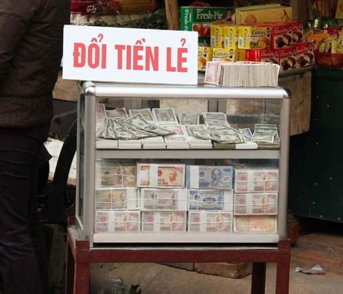 Dù bị cấm, nhưng dịch vụ đổi tiền lẻ vẫn hoạt động bình thường.