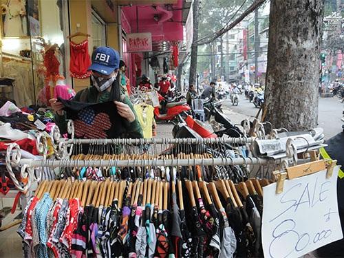 Khách mua hàng giảm giá bày bán trên vỉa hè đường Nguyễn Trãi, quận 5, TP HCM. Ảnh: Hồng Thúy
