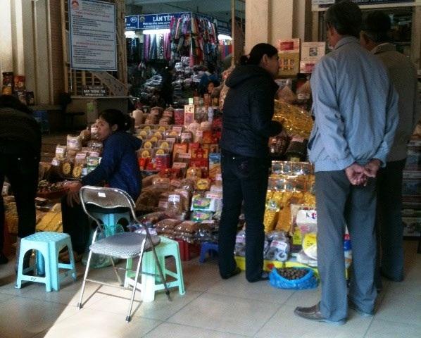 Rất nhiều loại mứt Tết không rõ nguồn gốc được bày bán tại chợ Đồng Xuân (Ảnh Duyên Duyên)