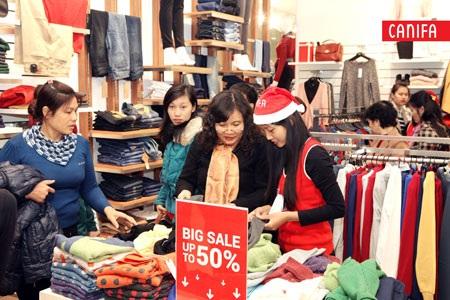 Không khí mua sắm tấp nập, nhộn nhịp tại các cửa hàng của CANIFA
