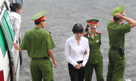 Bị cáo Huyền Như trên đường dẫn giải vào phòng xử án.