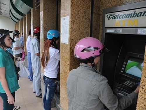 Chủ thẻ phải trả đủ loại phí khi giao dịch trên máy ATM Ảnh: Hồng Thúy