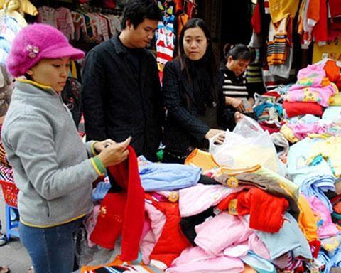 Quần áo trẻ em bày bán tràn lan trên thị trường Việt Nam
