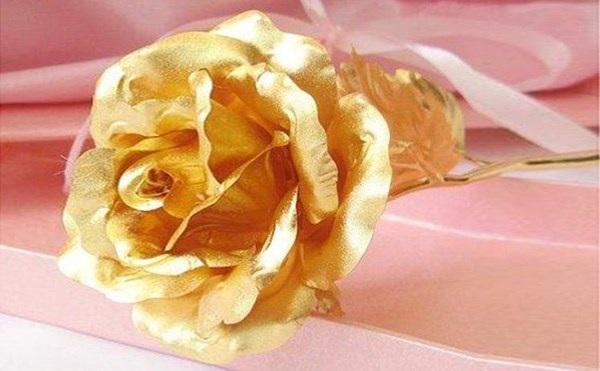 Một bông hồng dát vàng 24K được bán dao động từ 700 - 1,2 triệu đồng/1 bông