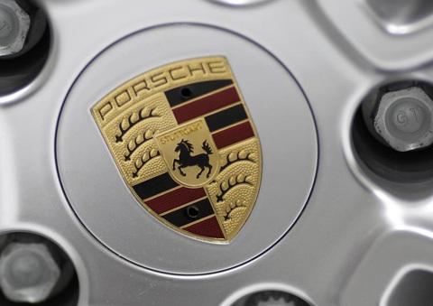 Logo Porsche chính thức trình làng trên vô-lăng của những mẫu xe năm 1953.