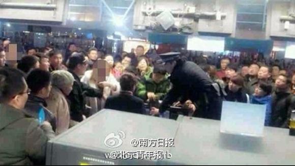 Nhân viên an ninh sân bay trấn an hành khách