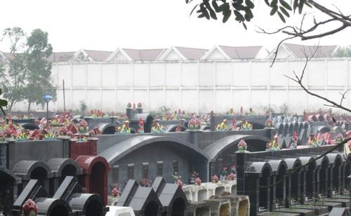 Dự án hạng sang như Ciputra Nam Thăng Long cũng phải chịu cảnh sống chung cùng nghĩa địa